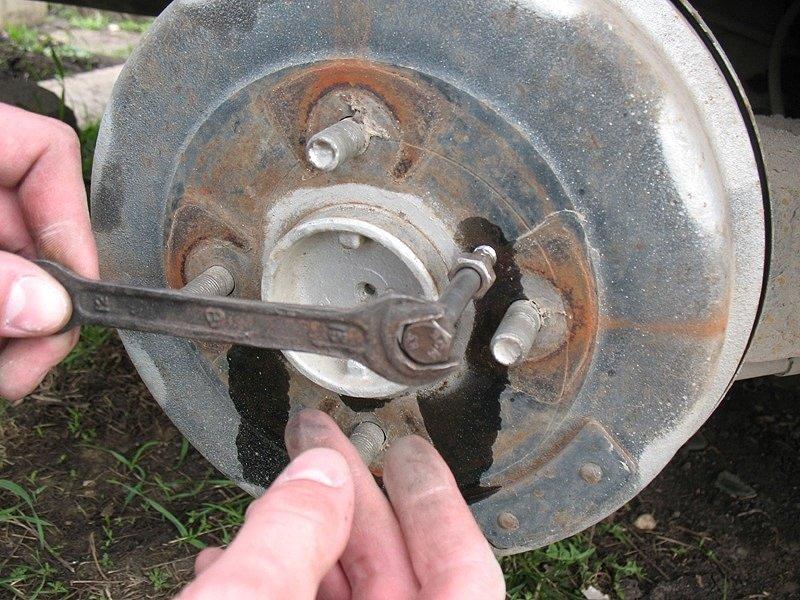 как открутить винт тормозного диска, как открутить болт тормозного диска, как открутить болт крепления тормозного диска